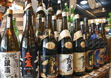宮崎市の酒屋に並ぶ本格焼酎=1月