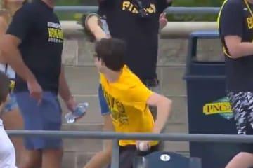 ホームランをキャッチした少年がボールを場外へ投げ込んだ(画像はスクリーンショット)