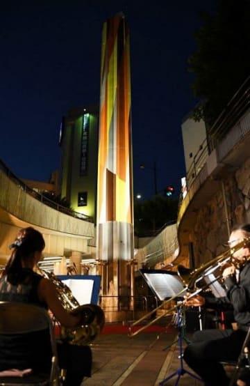 岡山芸術交流2019の機運を高めるためライトアップされたタワー