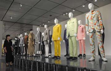 さまざまなビジネススーツも並ぶ会場(京都市左京区・京都国立近代美術館)