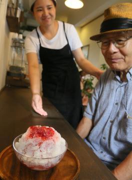 焼き菓子カフェ「こなのか」で夏季限定のかき氷を注文する常連客(右)=取手市白山