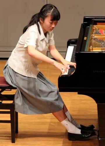真剣に演奏に挑む出場者=8日午前、宮崎市のメディキット県民文化センター・イベントホール