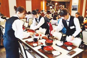 レストランで就業体験する中華大の学生