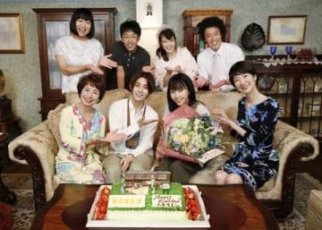 連続ドラマ「セミオトコ」の撮影現場で誕生日を祝われた木南晴夏さん(手前右から2人目)=テレビ朝日提供