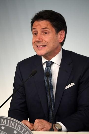8日、ローマで報道陣を前に話すコンテ首相(ロイター=共同)
