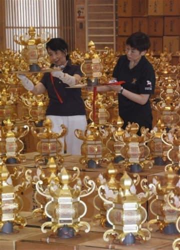 千人灯籠踊り用の金灯籠を準備する市職員ら=8日、山鹿市