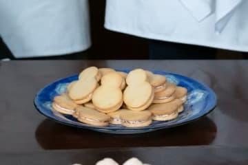 雪次郎(山田裕貴さん)が考案したお菓子「おバタ餡サンド」 (C)NHK
