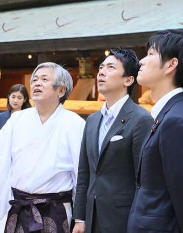 縁結びの神様を祭る熊野大社を訪れ、北野達宮司(左)に説明を受ける小泉進次郎衆院議員(中央)=5月19日、南陽市(同大社提供)