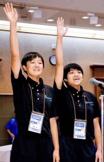 選手宣誓する米沢中央の菅原桃(左)・小松くるみ=8日、ウェルピア伊予