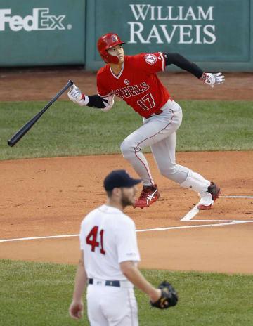 レッドソックス戦の1回、左翼線に二塁打を放つエンゼルス・大谷。投手セール=ボストン(共同)