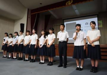 活動報告をする本県の高校生1万人署名活動実行委のメンバー=長崎市、県勤労福祉会館
