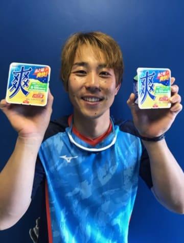 アイスを手に来場を呼びかける鈴木大地選手会長