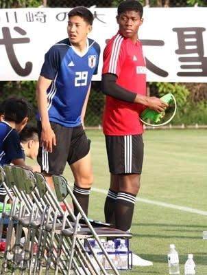 GK鈴木彩艶(右)