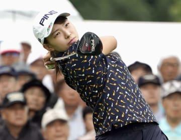女子ゴルフ北海道meijiカップの第1ラウンドで、ティーショットを放つ渋野日向子=9日、北海道北広島市の札幌国際CC