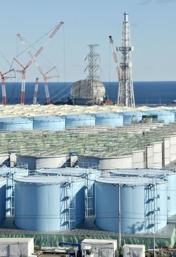 東京電力福島第1原発構内で増え続ける処理水の保管タンク=2018年12月
