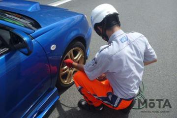 JAFが夏休み中のタイヤトラブル防止を呼びかけ タイヤ点検の様子