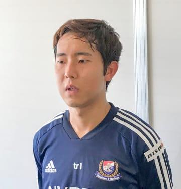 初練習を終え、取材に応じる横浜MのMF渡辺皓太