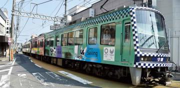 龍口寺前を走る江ノ電のラッピング車両