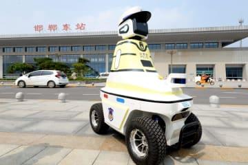 ロボット交通警察官登場 24時間勤務目指す 中国河北省