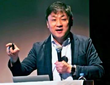人事採用の取り組みを提案する曽和利光氏=8日、県立博物館・美術館