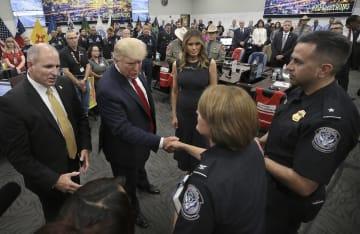銃乱射のあった米テキサス州エルパソを訪れ、乱射現場に居合わせた国境当局の職員と面会するトランプ大統領(左から2人目)=7日(Mark Lambie/The El Paso Times、AP=共同)