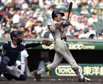 習志野―沖縄尚学 10回表習志野1死二塁、和田が中越えに決勝の二塁打を放つ。捕手岡野=甲子園