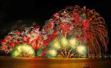 色彩豊かに湖国の夏空を染め上げる花火(8日午後8時26分、大津市柳が崎・びわ湖大津館から)