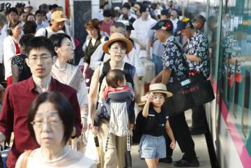 古里や観光地へ向かう人たちで混雑するJR東京駅の新幹線ホーム=9日午後