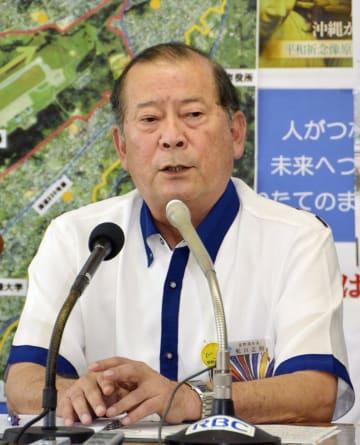 記者会見する沖縄県宜野湾市の松川正則市長=9日午後、宜野湾市役所