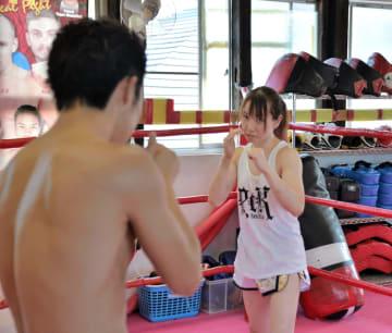世界王者に挑戦する岩城(左)、田中の両選手=1日、名取市のPCK連闘会