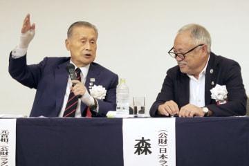 東京五輪・パラリンピック組織委員会の森喜朗会長(左)と講演会で話す日本ラグビー協会の森重隆新会長=9日、福岡市