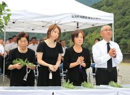 復興を誓うモニュメントに花を手向ける遺族ら=9日午前、兵庫県佐用町久崎(撮影・小林良多)