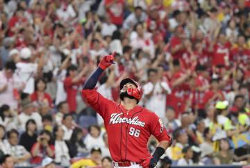 4回広島2死一、三塁、右越え3ランを放ち、本塁に向かうメヒア=京セラドーム