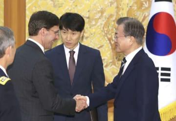 握手する韓国の文在寅大統領(右)とエスパー米国防長官=9日、ソウル(聯合=共同)
