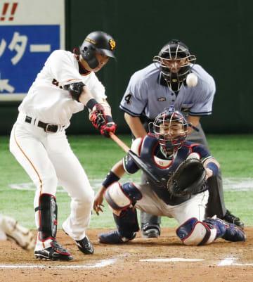 10回巨人1死満塁、代打亀井がサヨナラの左犠飛を放つ。捕手中村=東京ドーム