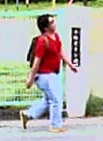 事件3日前の15日に京都アニメーション本社近くで撮影された青葉容疑者とみられる男の映像(15日午後2時20分頃、京都府宇治市木幡)