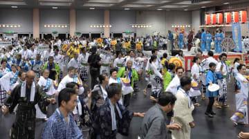 浴衣姿で江州音頭を踊る参加者たち(9日午後7時5分、京都市左京区・みやこめっせ)