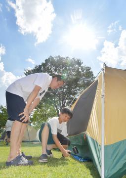 炎天下に大子町のキャンプ場でテントを張る親子。9日午後2時9分、観測史上最高の39.0度に達した=同日午後2時6分、同町矢田
