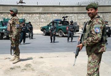 7日、カブールで、車爆弾による爆発後、警戒する治安部隊員(ロイター=共同)