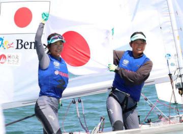 東京五輪代表に決まり、国旗を掲げる吉岡(右)、吉田組(撮影・浜岡学)