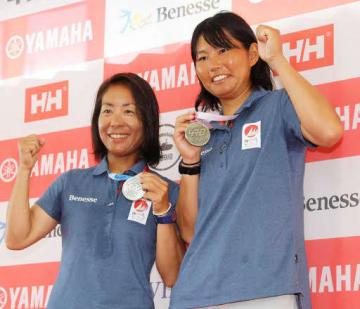 五輪代表に決まり、メダルを掲げて喜ぶ吉岡(右)、吉田組(撮影・浜岡学)