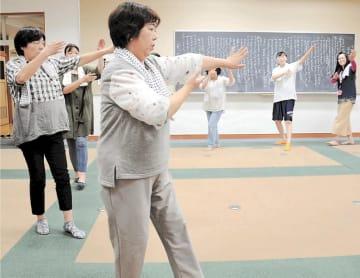 戸倉浜甚句の練習に汗を流す住民