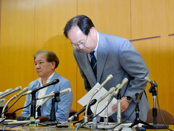 暴行容疑で逮捕され、会見で謝罪する渡辺邦夫市長(右)=9日午後3時すぎ、幸手市役所