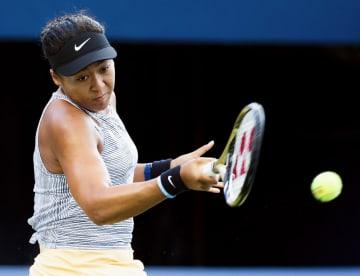 女子シングルス準々決勝 セリーナ・ウィリアムズと対戦し、リターンする大坂なおみ=トロント(共同)