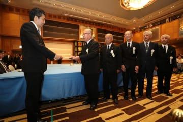 安倍首相(左)に要望書を手渡す被爆者5団体の代表=長崎市宝町、ザ・ホテル長崎BWプレミアコレクション