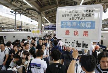 帰省客などで混雑するJR東京駅の新幹線のホーム=10日午前