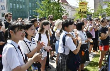 地球温暖化対策を求める若者の集会に参加する福島県の高校生たち(手前)=9日、ベルリン(共同)