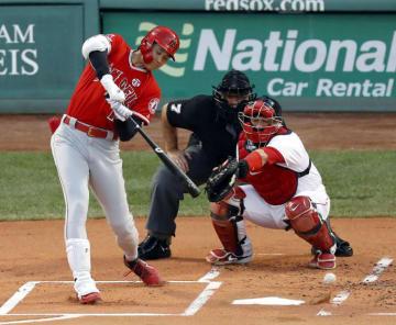 レッドソックス戦の1回、左翼線に二塁打を放つエンゼルス・大谷翔平=ボストン(共同)