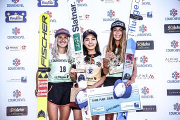 ノルディックスキーのGPジャンプ女子個人第2戦、優勝した高梨沙羅(中央)=9日、クーシュベル(ゲッティ=共同)