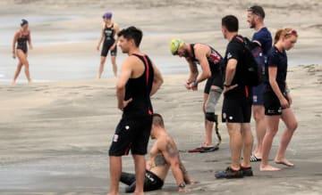 スイム種目を中心に練習に取り組む英国のトライアスロン・パラトライアスロンの選手たち=9日午前、宮崎市・サンビーチ一ツ葉